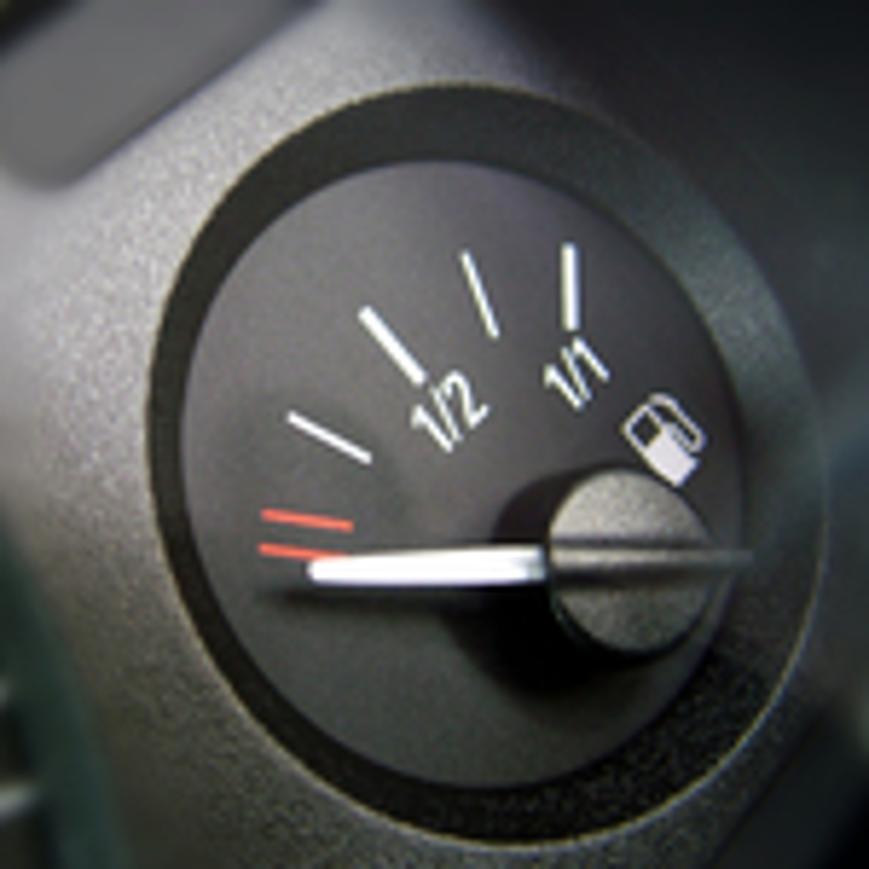 Сколько бензина остается в баке, когда загорается лампа низкого уровня топлива у Renault Logan? фото