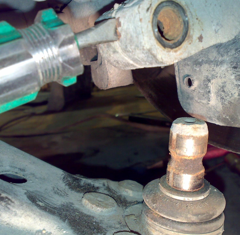 Как проверить состояние шаровой опоры в Renault Sandero фото