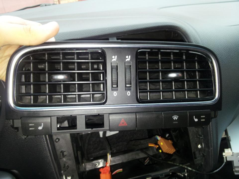 Из дефлекторов VW Polo Sedan дует прохладный воздух