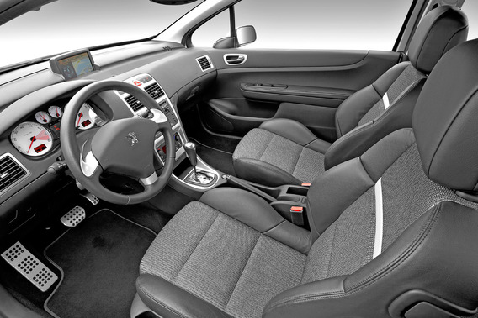 Почему вибрирует педаль газа Peugeot 308?