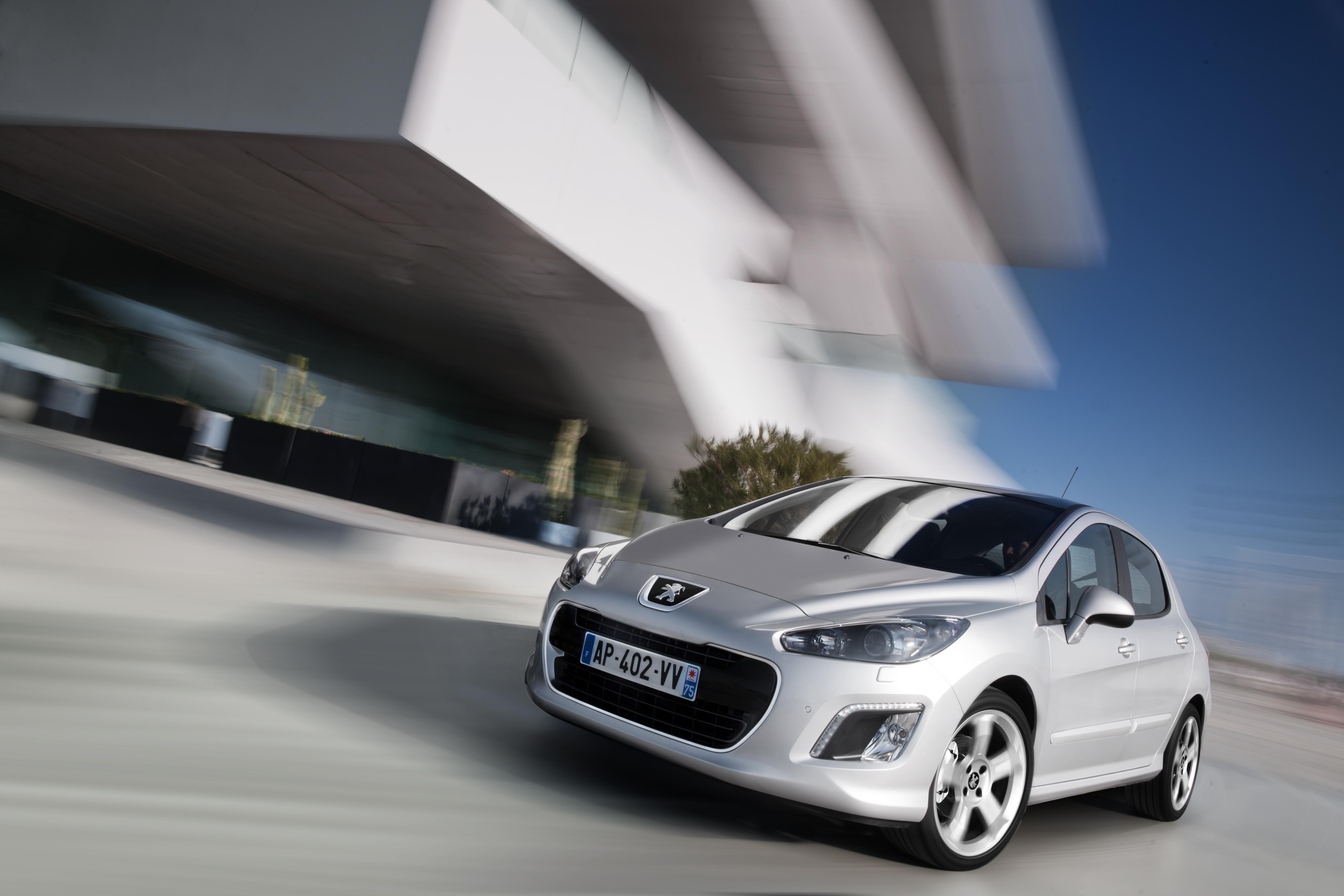 В чем уникальность конструкции переднего бампера Peugeot 308?