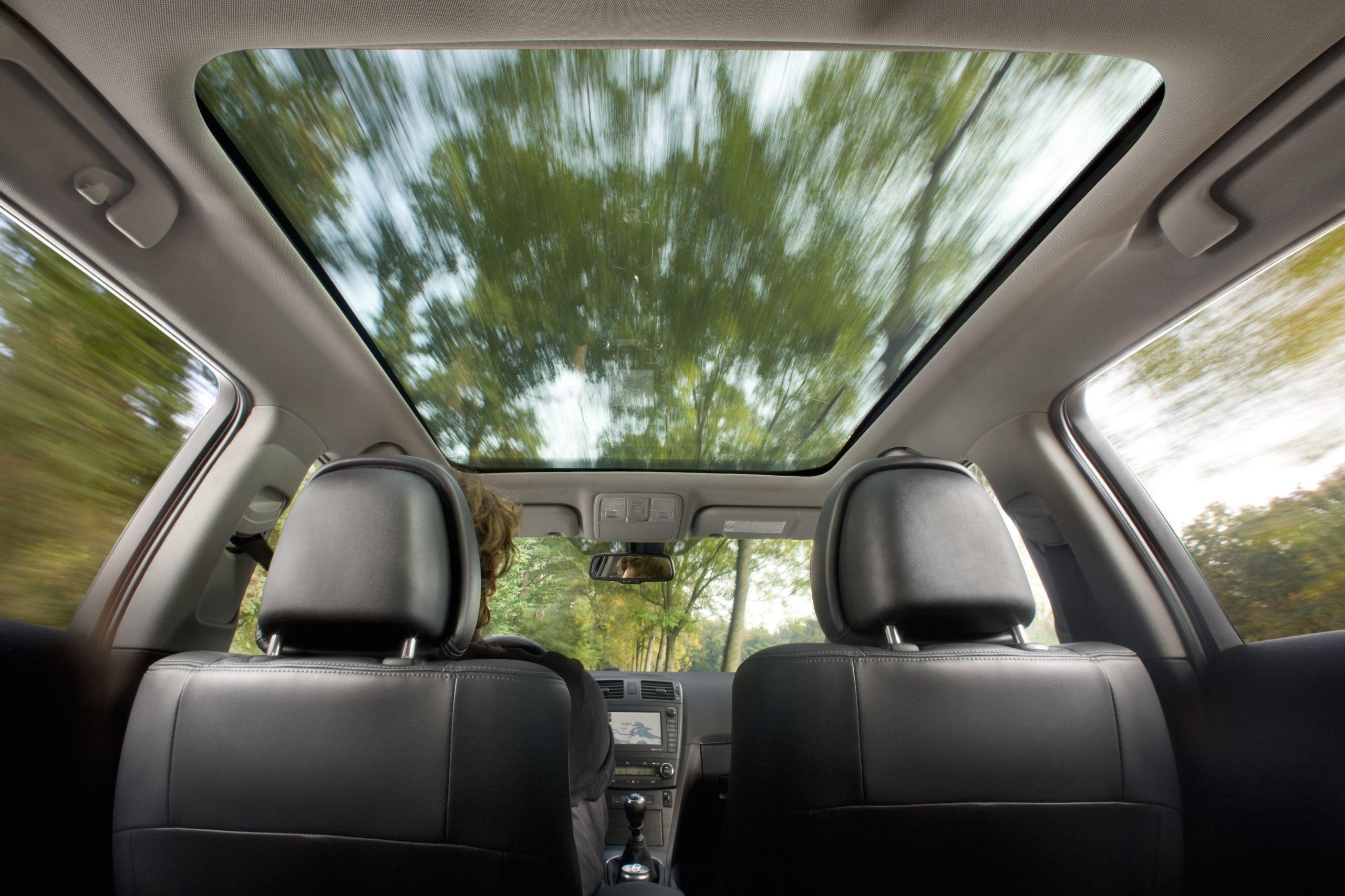 Нужно ли закрывать панорамную крышу шторкой в зимний период на Peugeot 308?