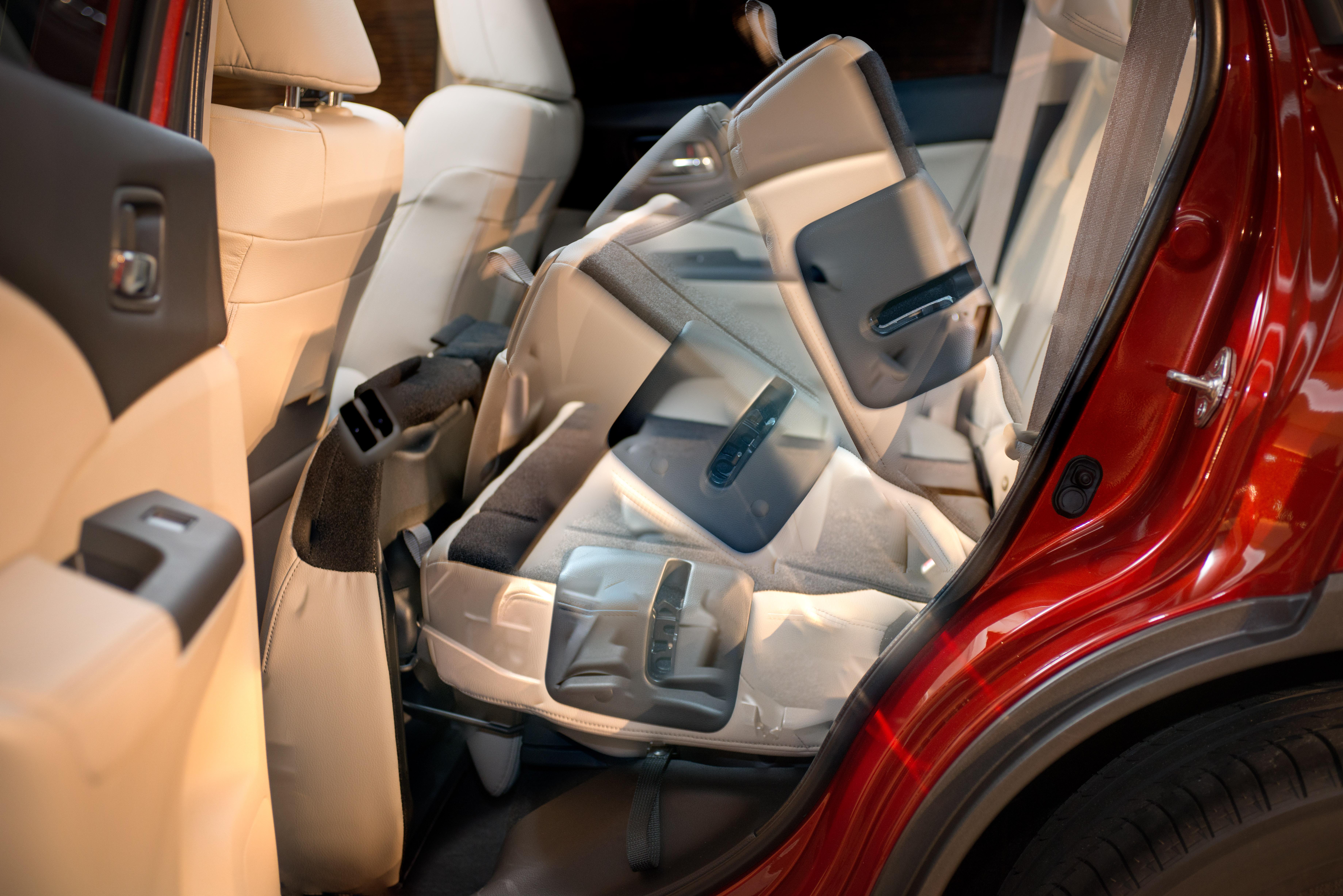 В разложенном положении заклинило заднее сидение Mitsubishi Outlander XL