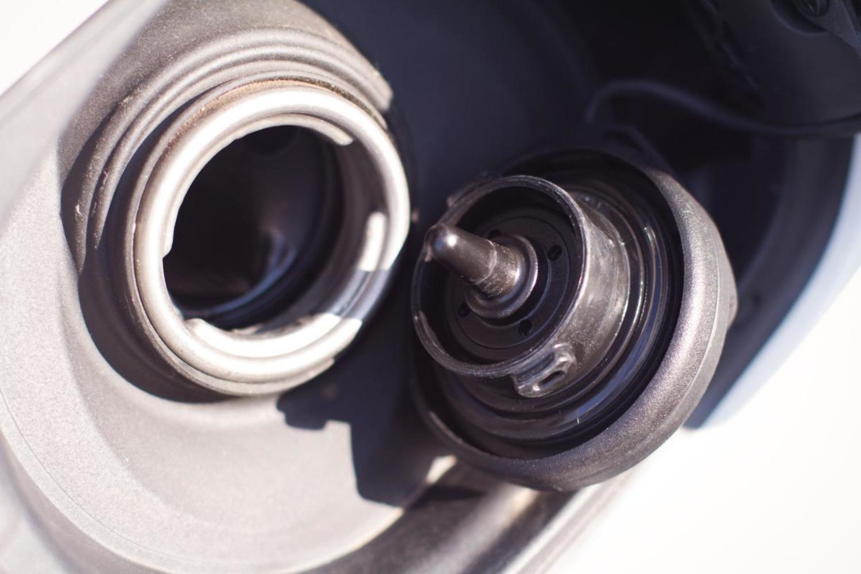 Почему при открытии крышки бензобака Skoda Octavia слышно шипение
