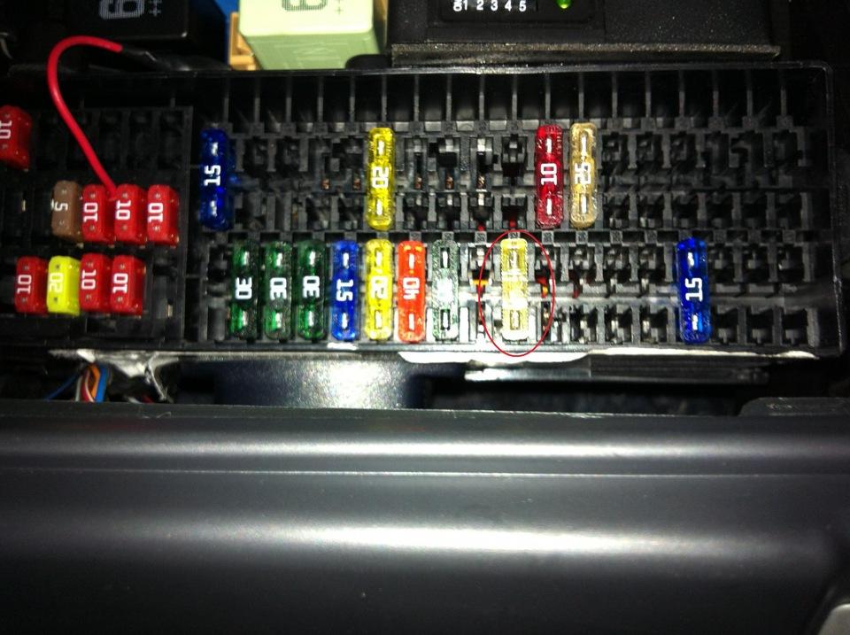 Каков принцип работы омывателя фар на VW Passat B7?