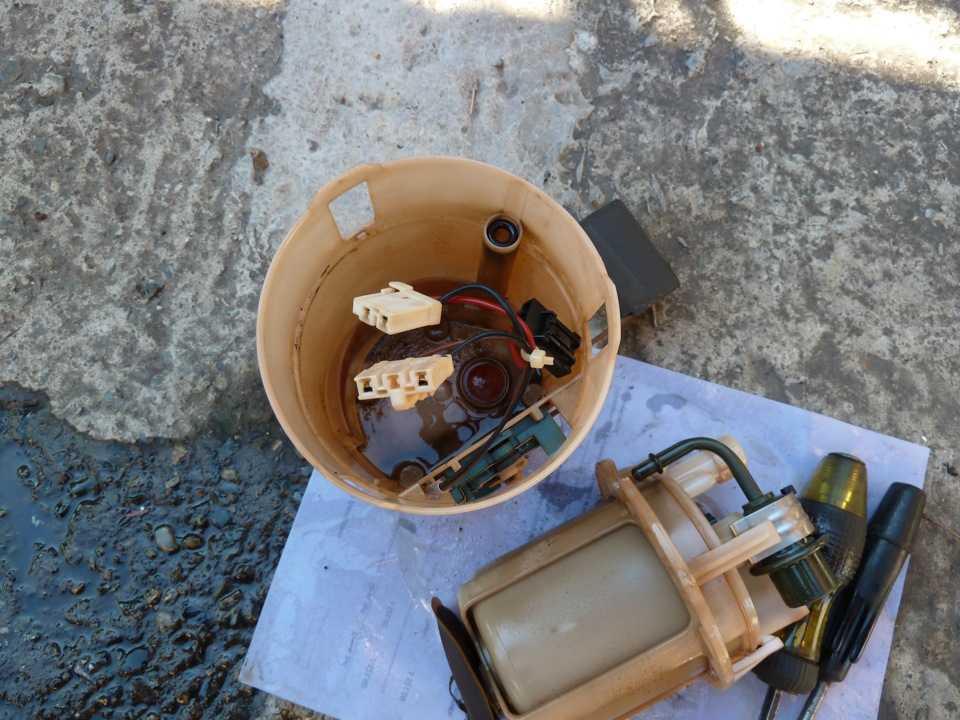 Замена фильтра тонкой очистки бензонасоса в Nissan Almera Classic