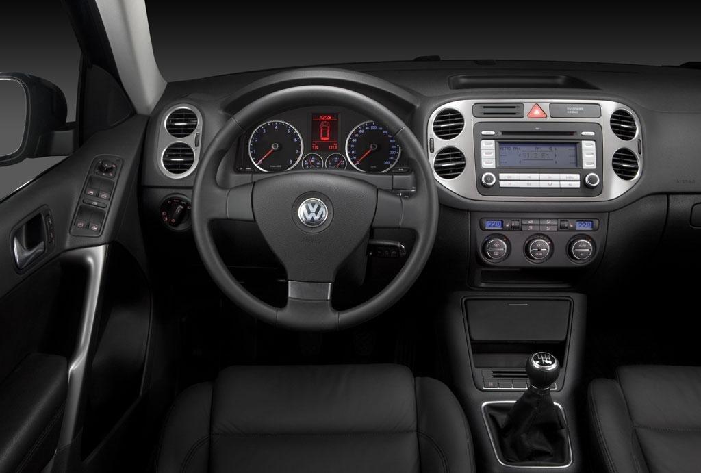 Замена магнитолы и разборка центральной консоли VW Tiguan