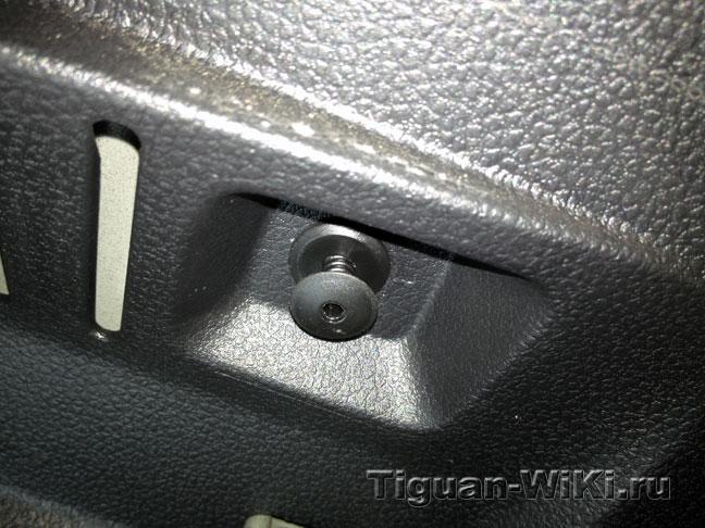 Установка штатных крючков-петель в багажник VW Tiguan