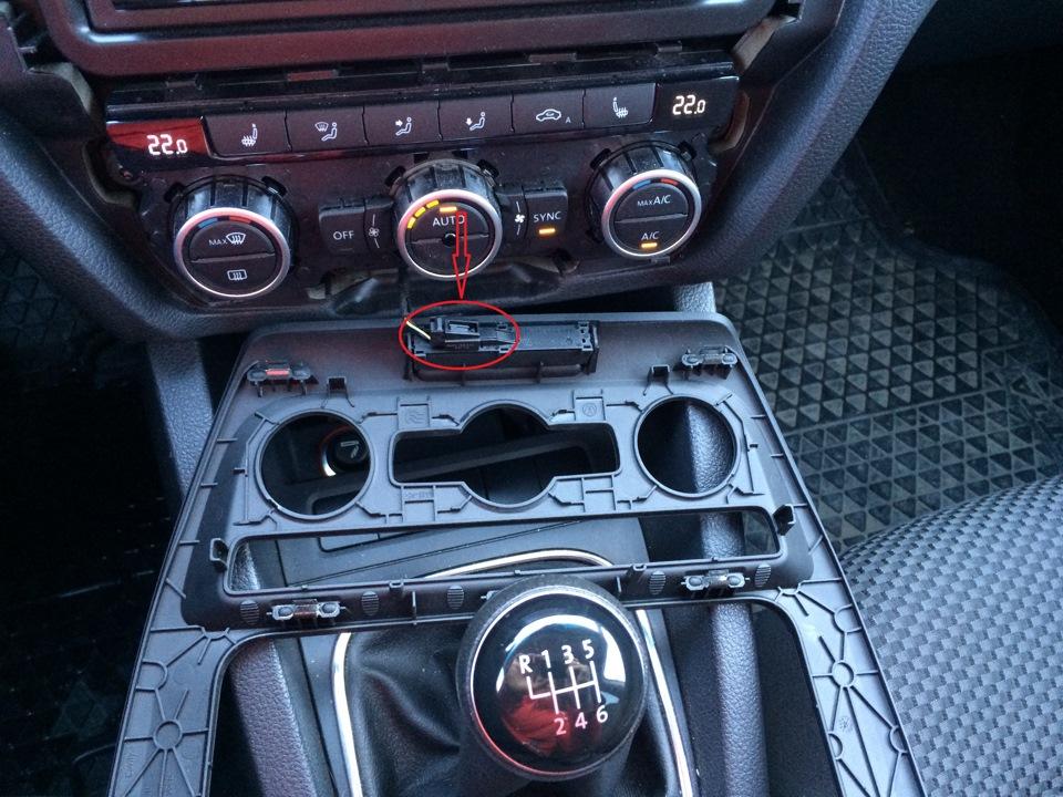 Сколько динамиков устанавливается на VW Golf VI?