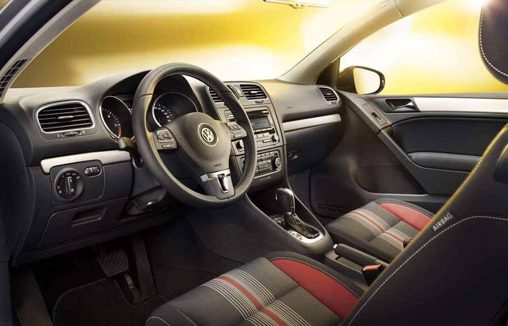 Треск в районе бардачка при работе двигателя на холостых оборотах VW Golf VI