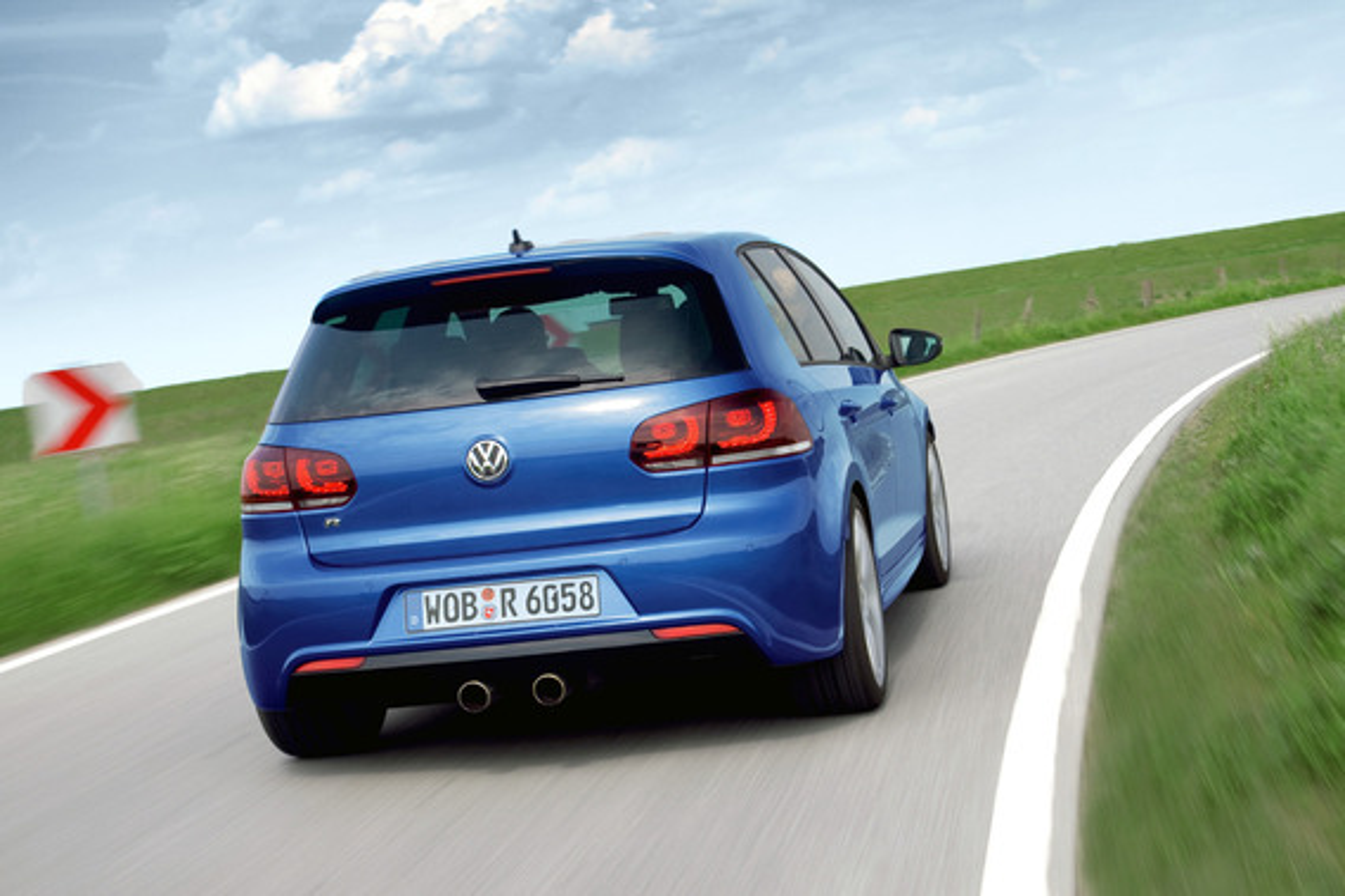 При движении задним ходом включается задний дворник на VW Golf VI