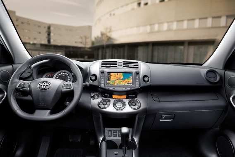 Что делать, если педаль газа Toyota RAV4 III залипла во время движения?