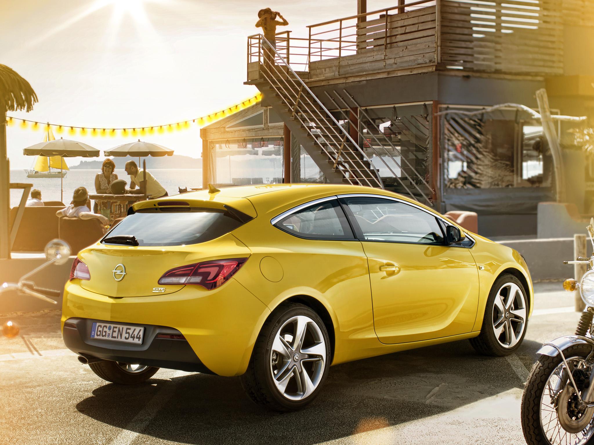 Как снять задние фонари Opel Astra J GTC?