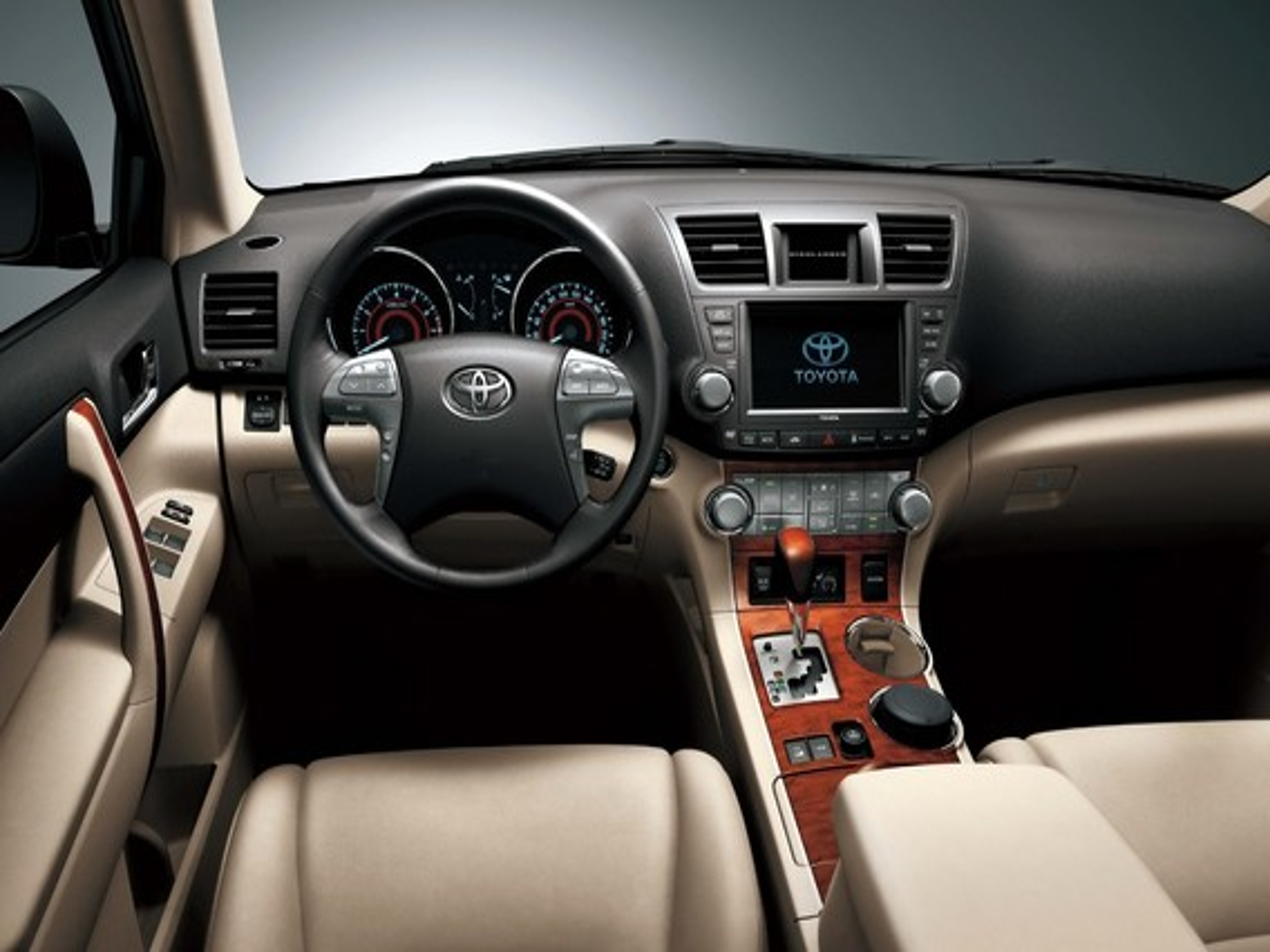 При продолжительном нажатии на педаль газа в салоне Toyota Highlander II появляется запах сероводорода