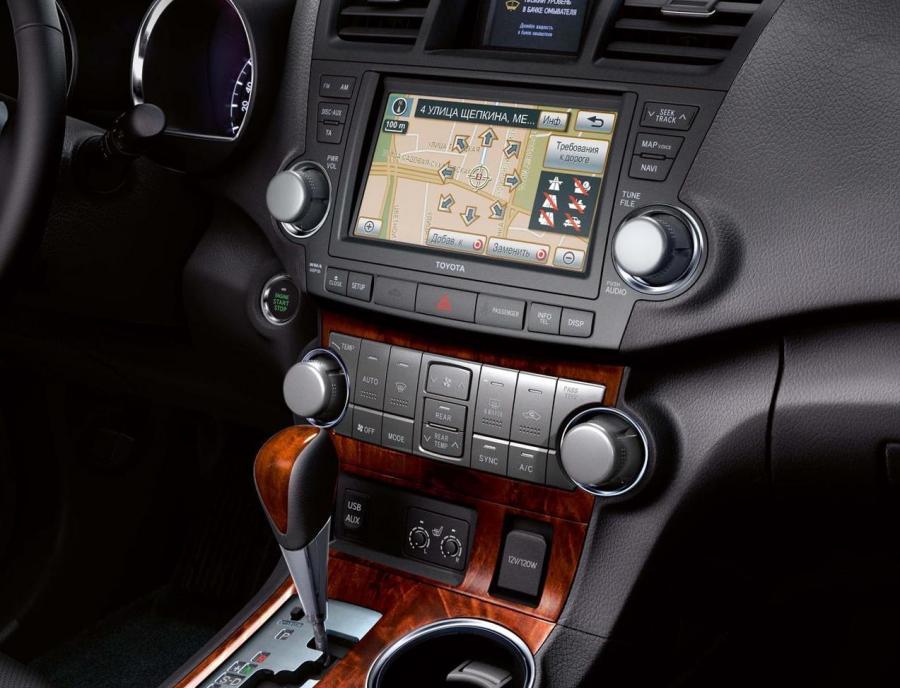 На какой экран выводится изображение с камеры заднего вида в Toyota Highlander II
