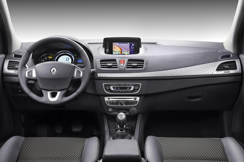 Скрип в правой части передней панели Renault Megane III