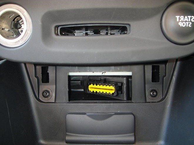 Где в Renault Megane III находится диагностический разъем