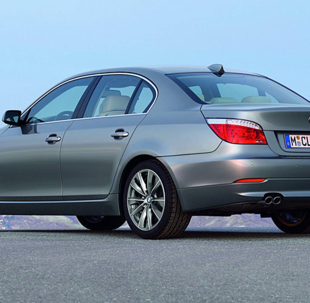 Для чего нужна пластиковая крышечка с зеленым изображением в багажнике BMW 5 E60 фото