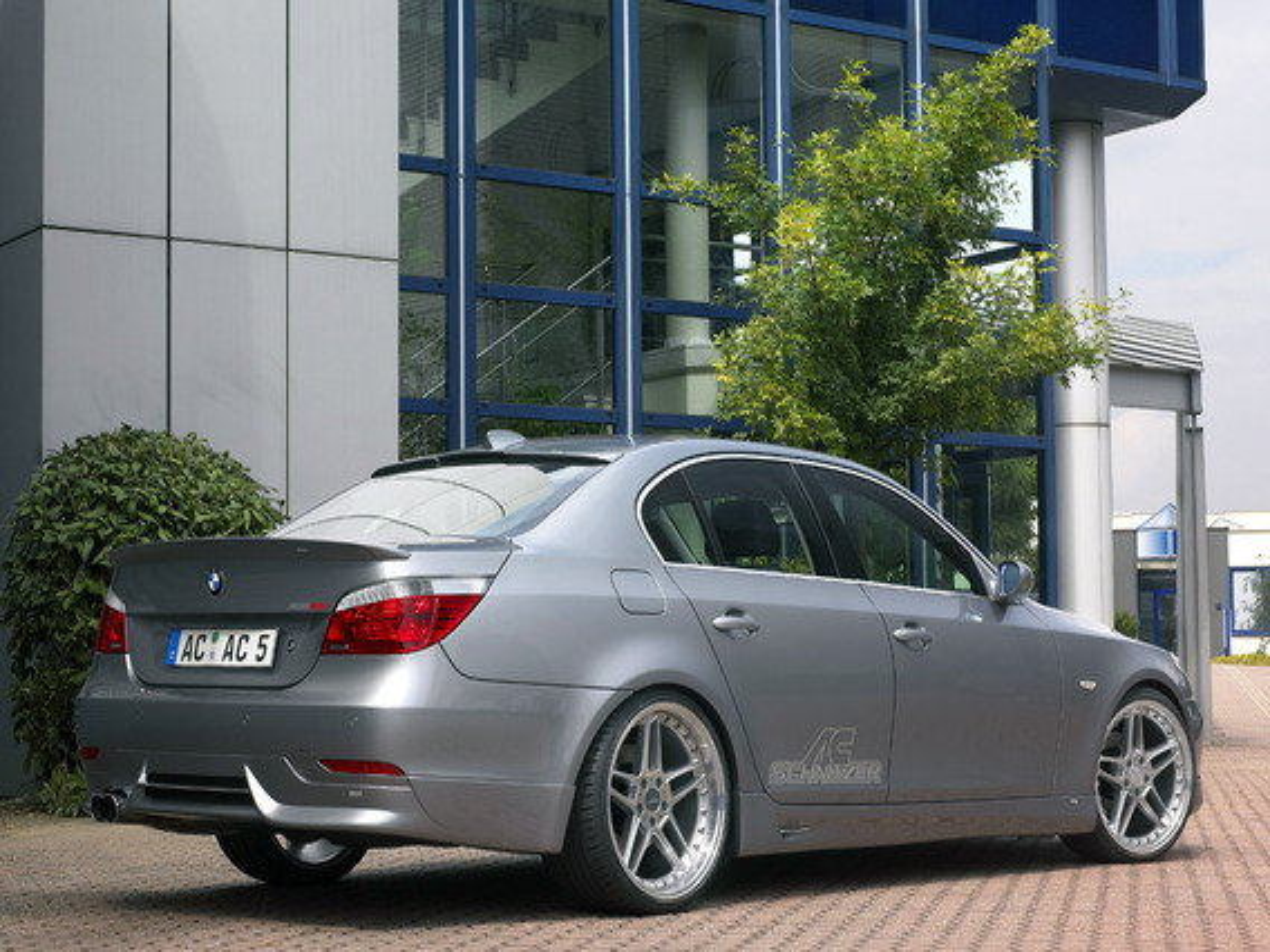 Какие функции выполняет система Servotronic и входит ли она в стандартную комплектацию BMW 5 E60