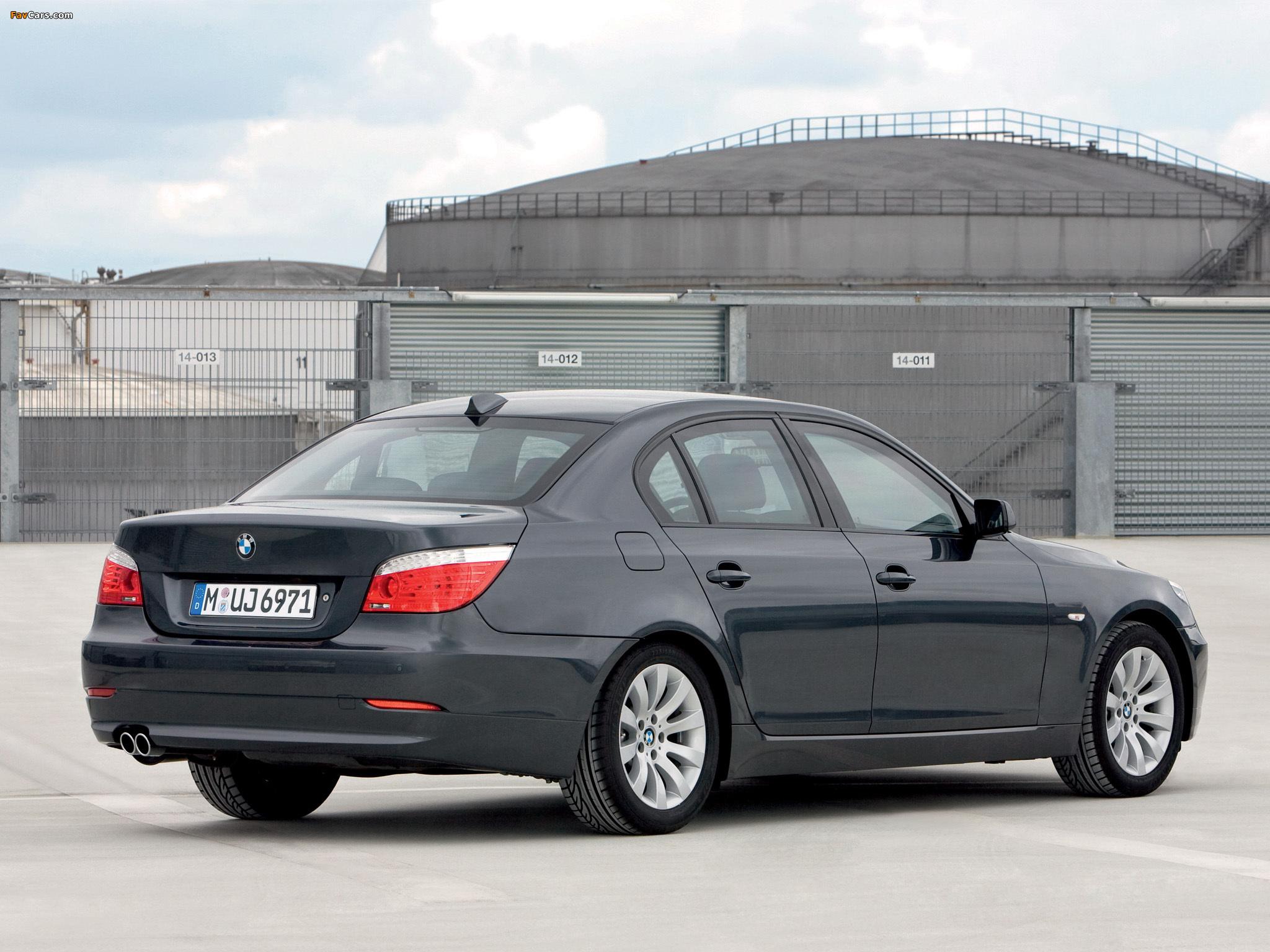 В некоторых комплектациях BMW 5 E60 имеется розетка на переднем бампере