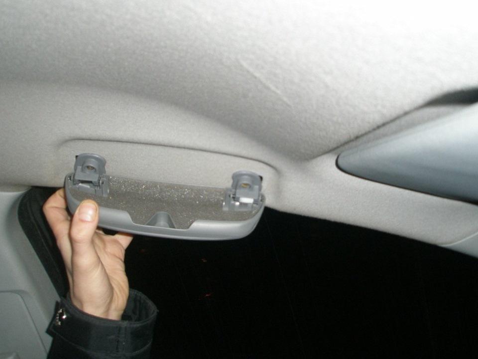 Установка плафона освещения с очечником в Mitsubishi Lancer 9