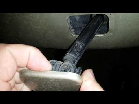 Как заменить левую форсунку омывателя фар в BMW 3 E90