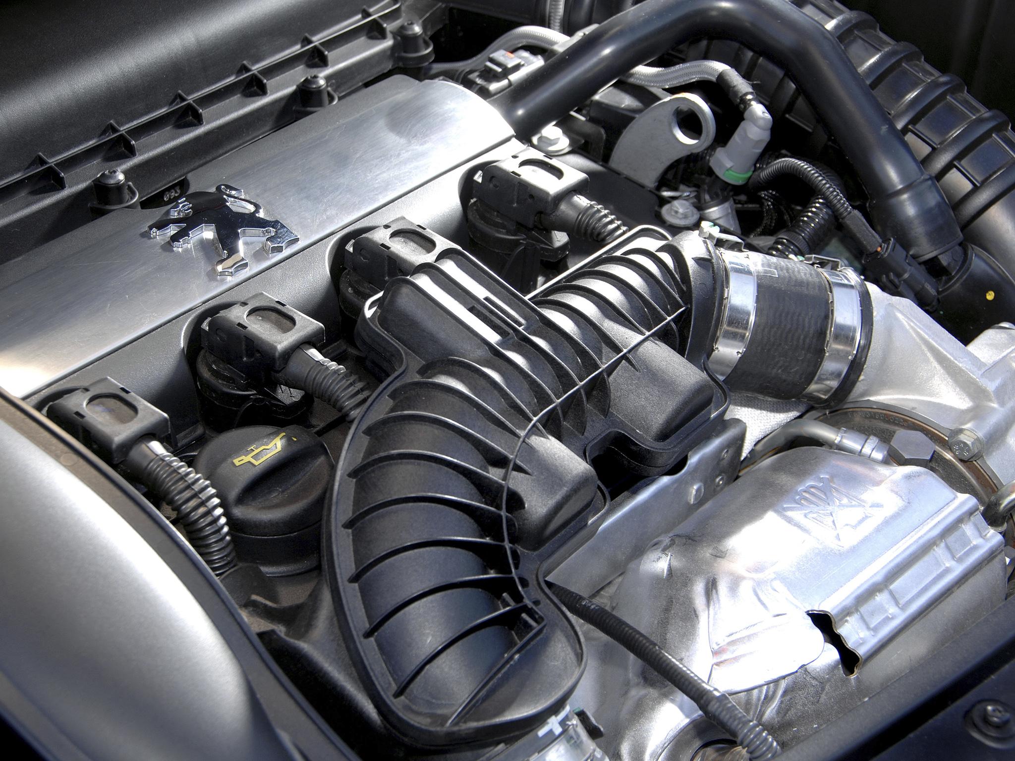 На Peugeot 207 нет штатной шумоизоляции капота