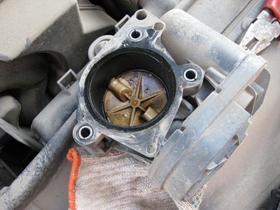 Во время прогрева Peugeot 207 начинают плавать холостые обороты