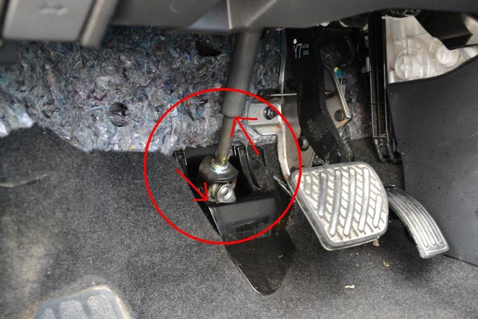 Почему двигатель KIA Spectra глохнет при нажатии на педаль сцепления