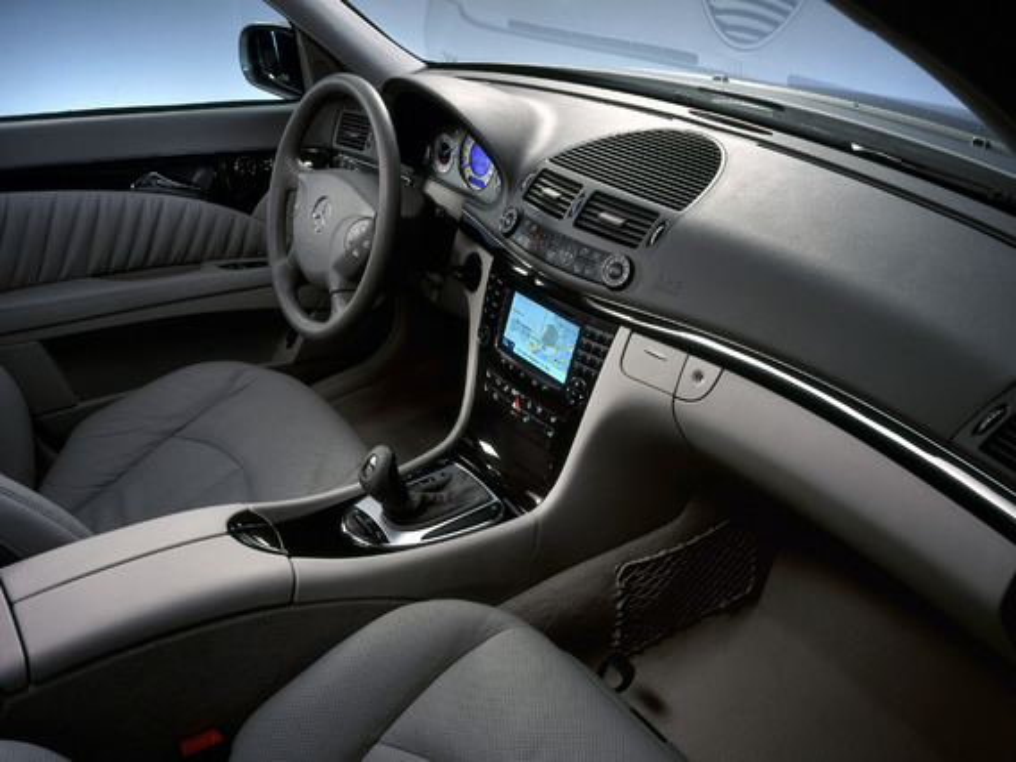 В каких случаях загорается сигнализатор PASSENGER AIRBAG OFF на центральной консоли Mercedes E-Class (W211)