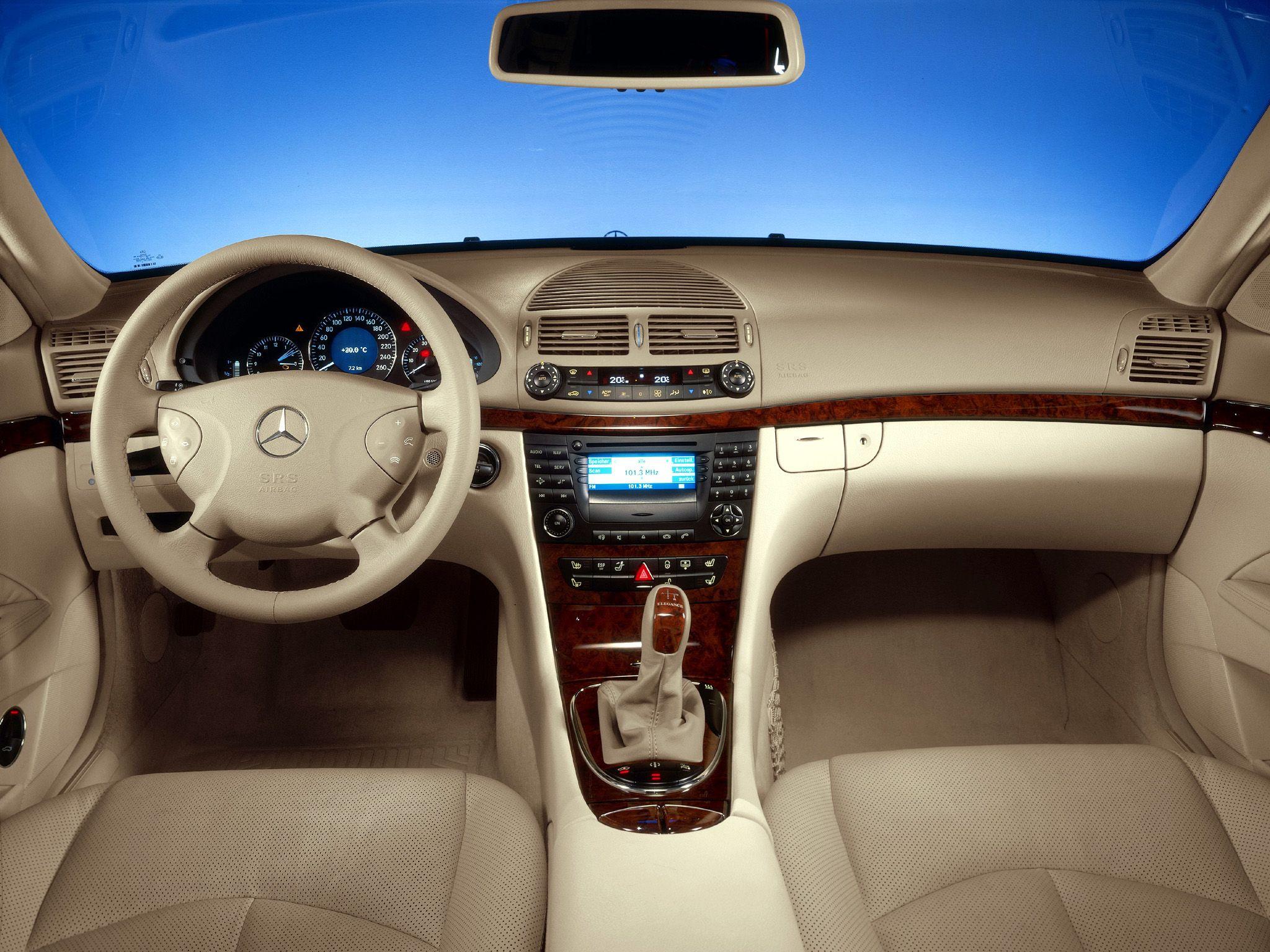 В Mercedes E-Class (W211) отключилось салонное освещение, привод люка и управление климатом