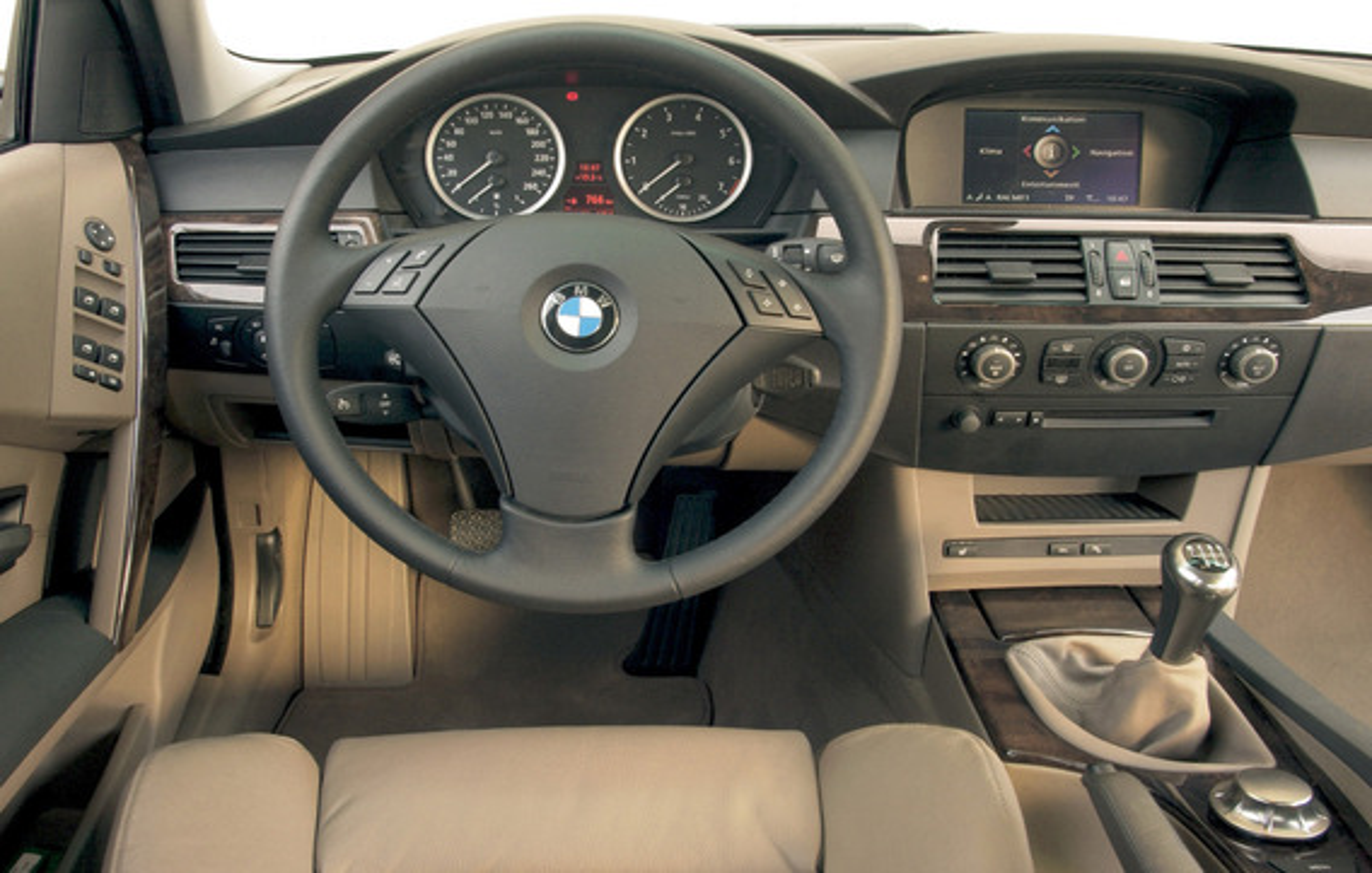 При незаведенном двигателе BMW 5 E60 радио работает только 30 минут, после чего выключается