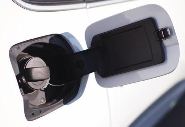 Замена привода лючка бензобака на Toyota Avensis II