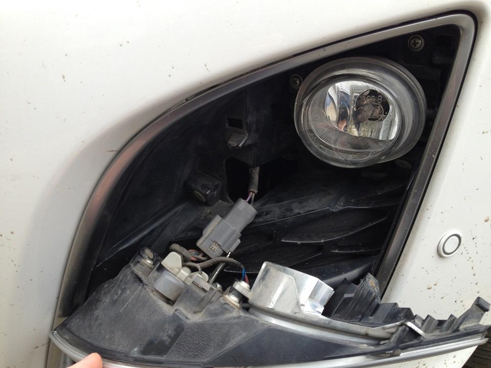 Замена лампы в передней противотуманной фаре на Mazda 3 (I)