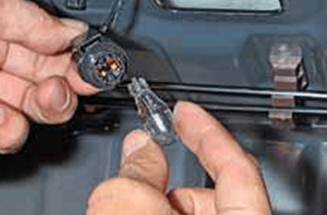 Замена лампы стоп-сигнала на Mazda 3 (I)