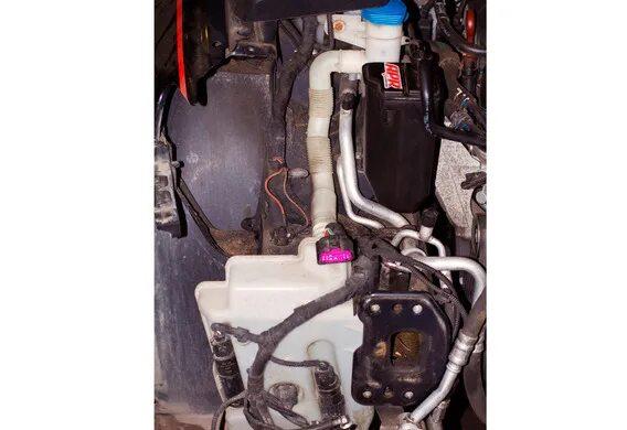 Установка большого бачка омывающей жидкости и датчика уровня жидкости на Skoda Octavia A4 (Tour)