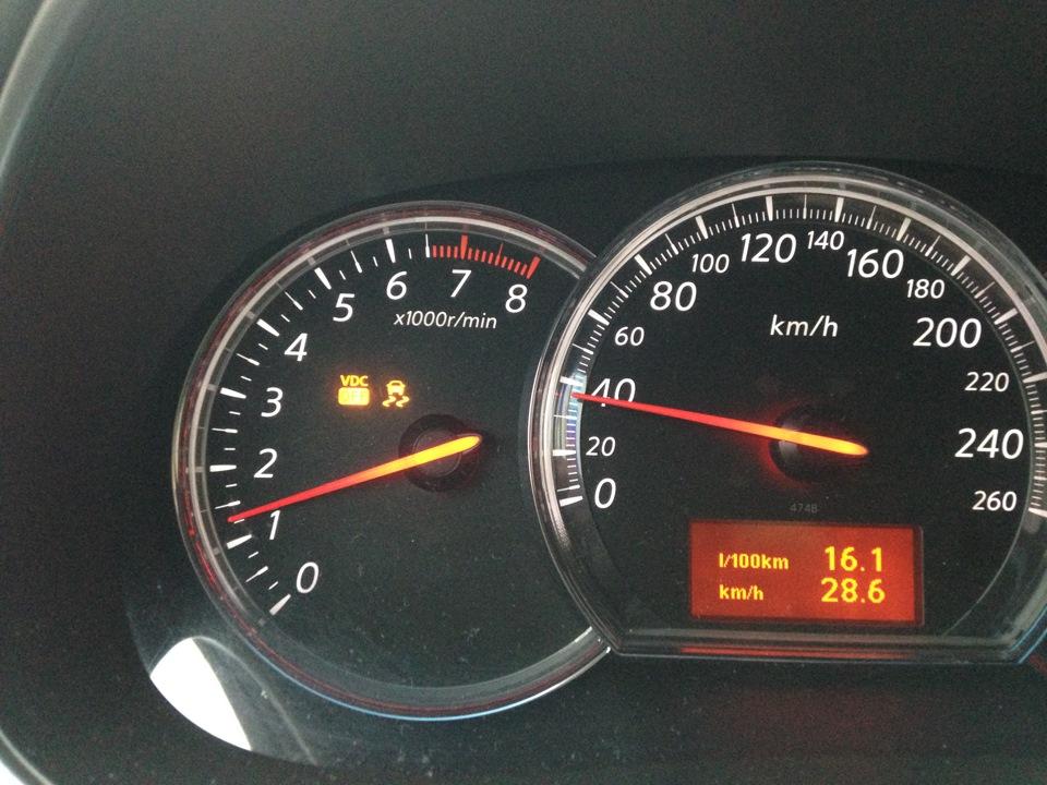 Что означает сигнализатор со скользящей машиной на панели Nissan Teana
