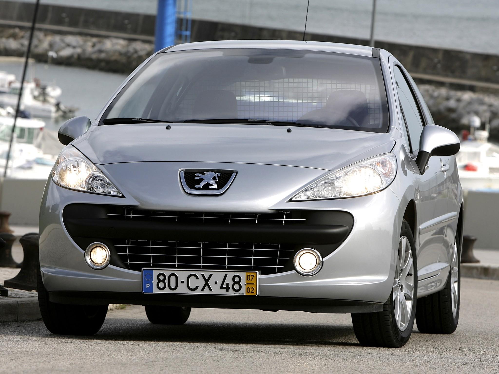Если заглушить двигатель и мигнуть фарами, на Peugeot 207 включается ближний свет