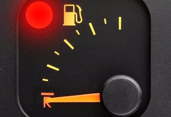 Сколько можно проехать с включенной лампой низкого уровня топлива на Mazda 6 I?