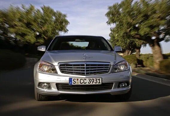 Расположение информационных табличек на Mercedes-Benz C-Klasse (W204)
