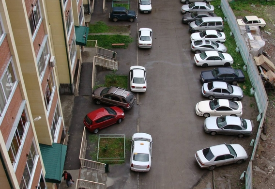 Можно ли ставить машину под окнами жилого дома